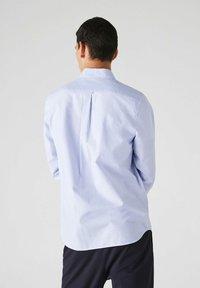 Lacoste - LACOSTE - Shirt - blanc / bleu - 1