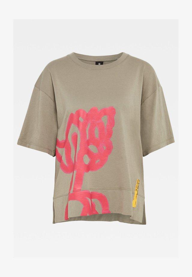 LOOSE FIT BIG OBJECT PRINT TEE - T-shirt print - shamrock