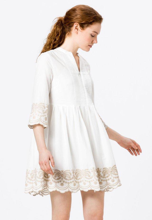 MIT KONTRASTSTICKEREI - Korte jurk - offwhite