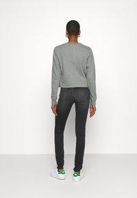 Calvin Klein Jeans - MID RISE SKINNY - Skinny džíny - grey double shank - 2