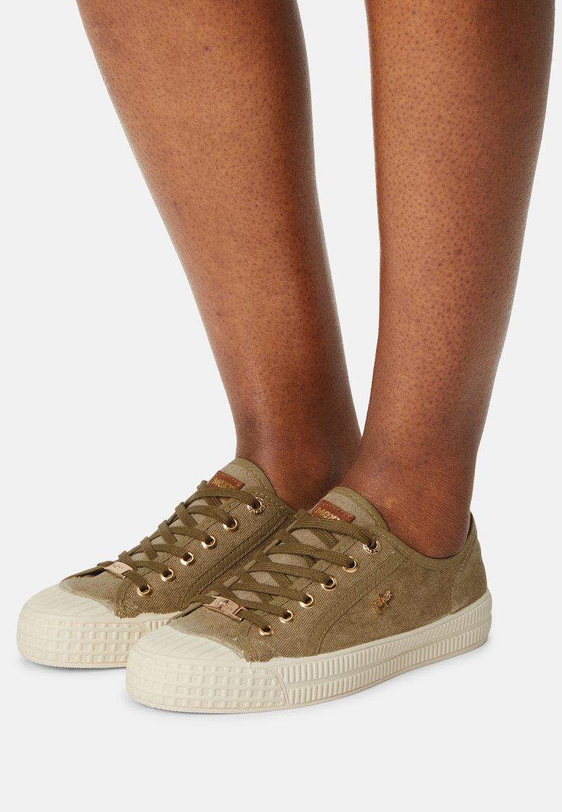 Mexx - GAVI - Sneakersy niskie - khaki