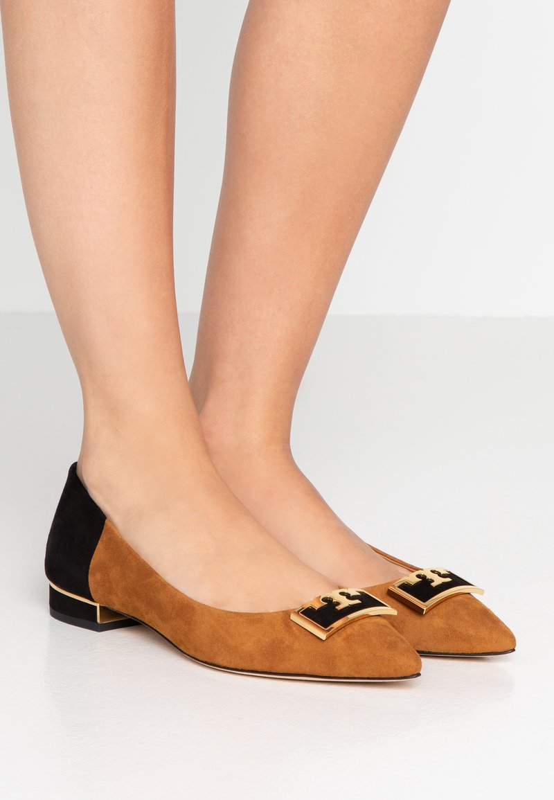 Tory Burch - GIGI POINTY TOE FLAT - Baleríny - dark tiramisu/perfect black