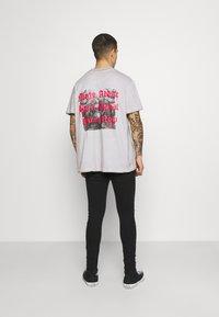 Night Addict - SKELE UNISEX - T-shirt med print - white - 0