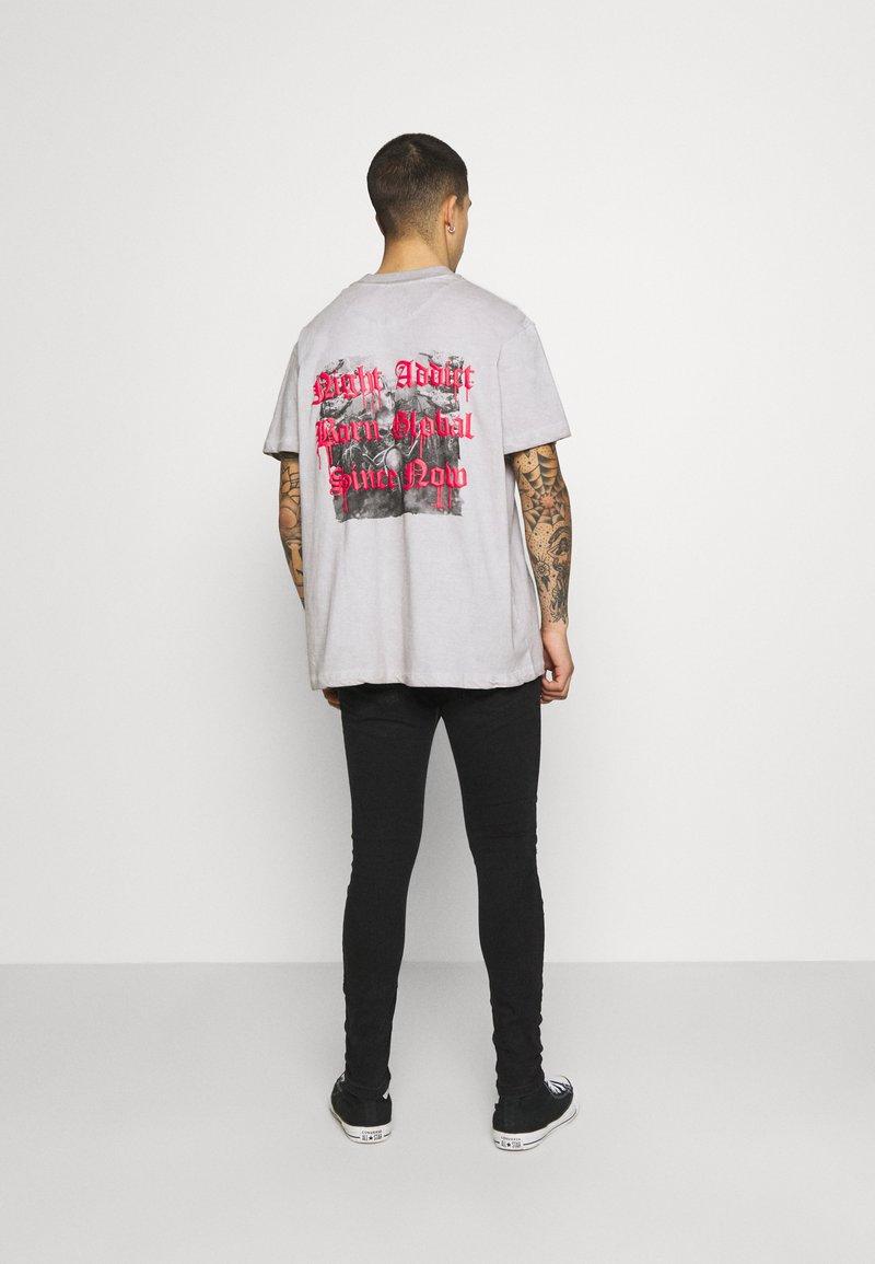 Night Addict - SKELE UNISEX - T-shirt med print - white