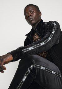 Versace Jeans Couture - MAN LIGHT - Zip-up hoodie - nero - 7