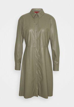 DANUBIO - Košilové šaty - khaki green