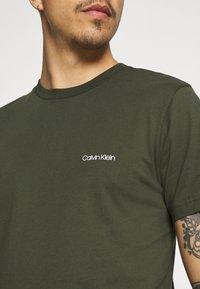 Calvin Klein - CHEST LOGO - T-shirt - bas - dark olive - 3