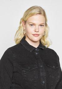 Vero Moda Curve - VMAVIIS STITCH DRESS  - Denim dress - black - 5