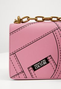 Versace Jeans Couture - CROSS BODY FLAP CHAINCUCITURE - Across body bag - rosa - 5