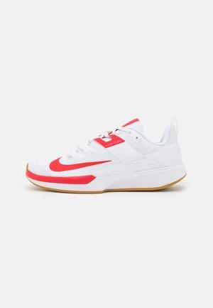 COURT VAPOR LITE - Tennisschoenen voor alle ondergronden - white/university red/wheat