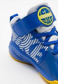 Nike Performance - TEAM HUSTLE 9 UNISEX  - Basketbalové boty - game royal/metallic silver/photon dust - 5