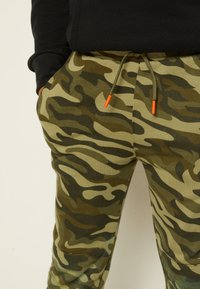 Converse - CAMO KNEE PATCH - Pantaloni sportivi - multi-coloured - 6