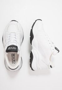 Versace Jeans Couture - CHUNKY SOLE - Trainers - bianco ottico - 3