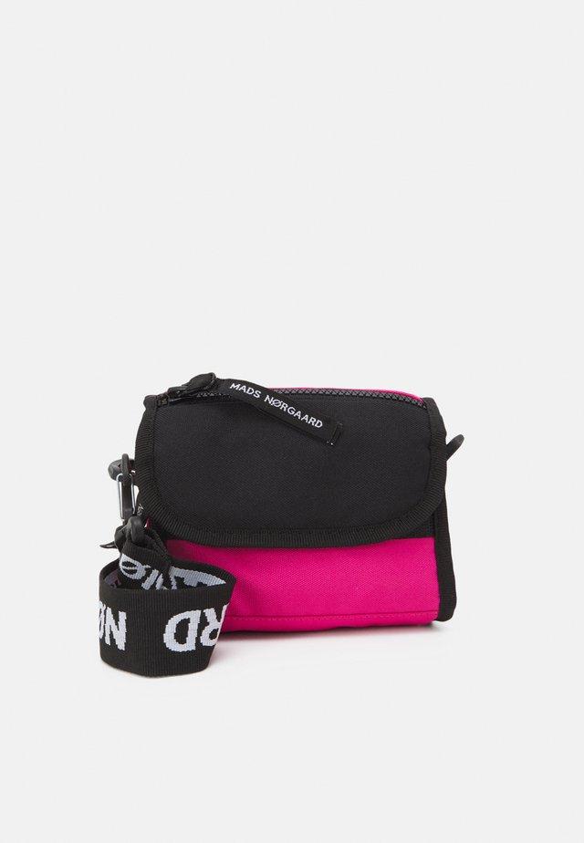 BEL ONE CAMERO - Taška spříčným popruhem - shocking pink/black