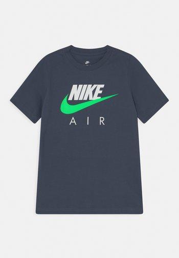 AIR TEE - Print T-shirt - thunder blue