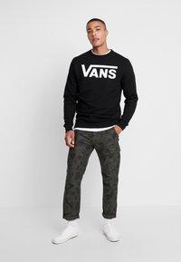 Vans - CLASSIC CREW - Sweatshirt - black/white - 1