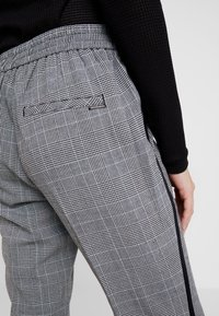 comma casual identity - TROUSERS - Trousers - grey/black - 5