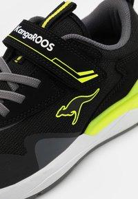 KangaROOS - KD-GYM  - Tenisky - jet black/neon yellow - 5