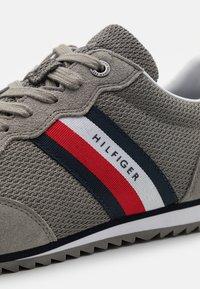 Tommy Hilfiger - ESSENTIAL RUNNER - Sneakers basse - pewter grey - 5