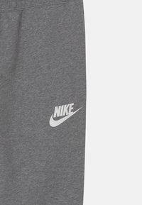 Nike Sportswear - PLUS CLUB - Teplákové kalhoty - carbon heather/white - 2