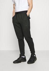 Nike Sportswear - PANT - Spodnie treningowe - black/mean green - 0