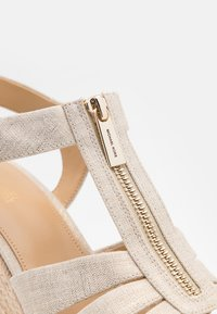 MICHAEL Michael Kors - BERKLEY WEDGE - Sandały na obcasie - pale gold - 6