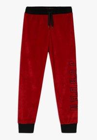 Jordan - AIR LEGACY PANT - Teplákové kalhoty - gym red - 0