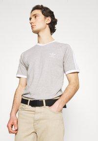 adidas Originals - STRIPES TEE - T-shirt med print - medium grey heather - 4