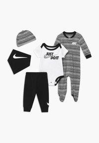 Nike Sportswear - STRIPE SET - Muts - black - 0