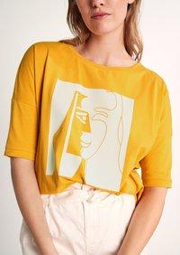 comma - Print T-shirt - apricot - 3