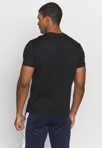 Champion - TURNTABLE CREWNECK - Camiseta estampada - black - 2