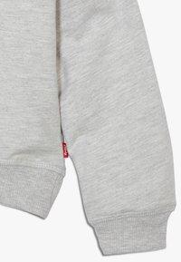 Levi's® - KEY ITEM LOGO CREW - Sweatshirt - light gray heather - 2