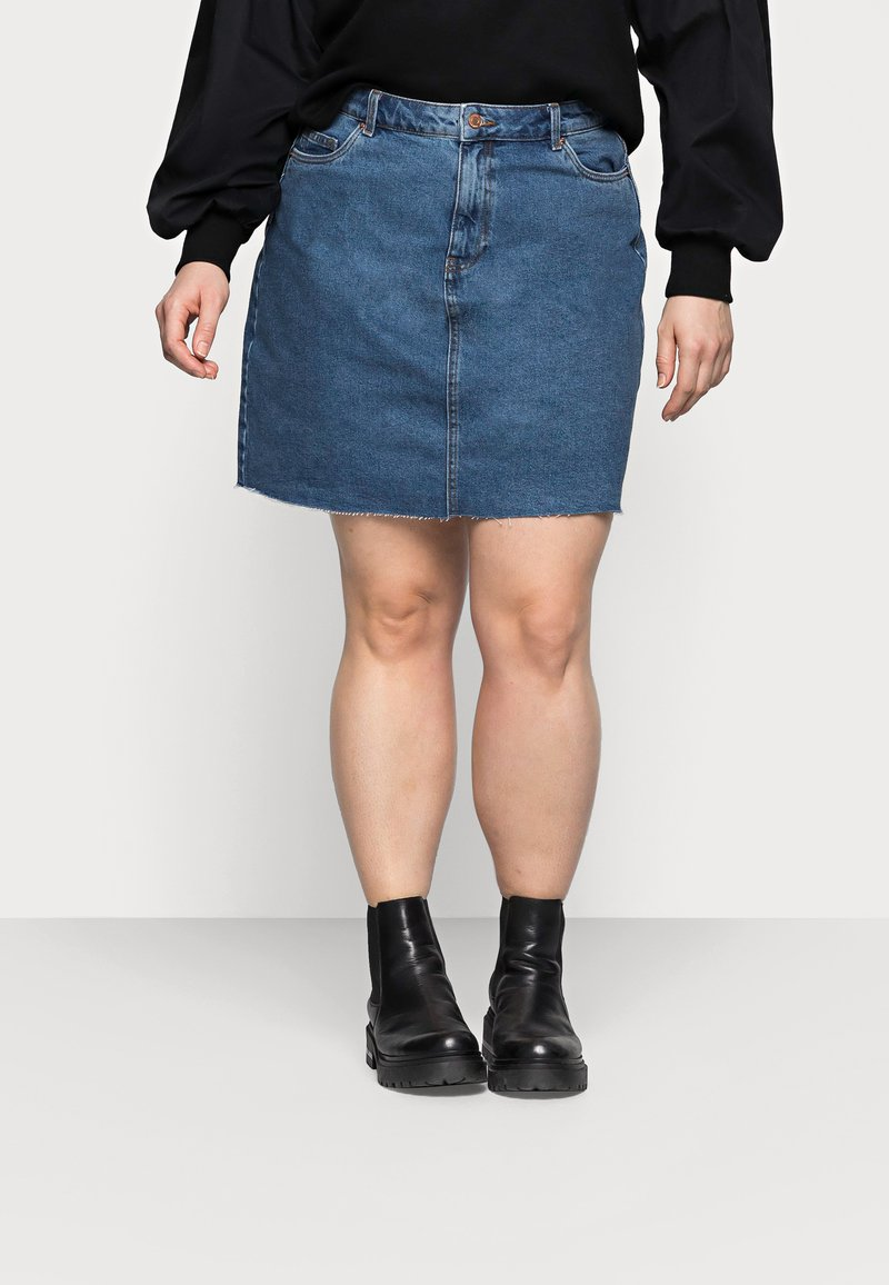Vero Moda Curve - VMMIKKY RAW SKIRT MIX - Mini skirt - medium blue denim