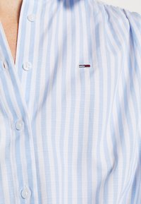 Tommy Jeans - STRIPE KNOT BLOUSE - Button-down blouse - white/moderate blue - 5