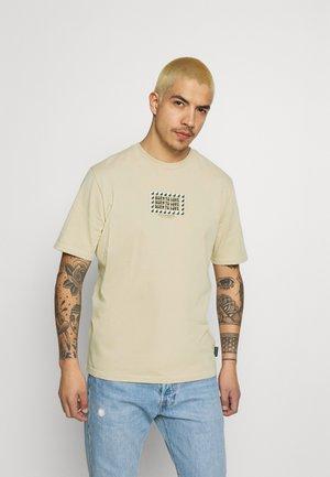 BORN TO LOVE ARTWORK TEE UNISEX - T-shirt med print - sand