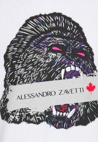 Alessandro Zavetti - SAVAGE APE TEE - Triko spotiskem - white/ purple - 2