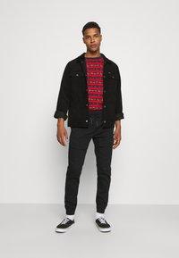 Karl Kani - STRIPE TEE - T-shirt con stampa - red - 1