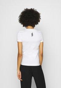 Guess - MINI TRIANGLE - T-shirts basic - true white - 2