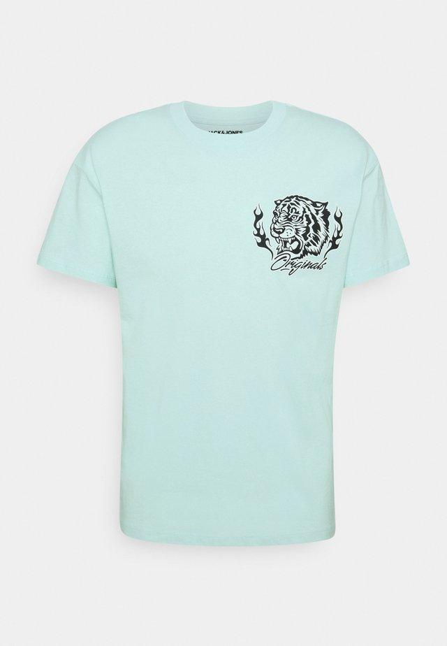 JORTIGERS TEE CREW NECK  - Camiseta estampada - pale blue
