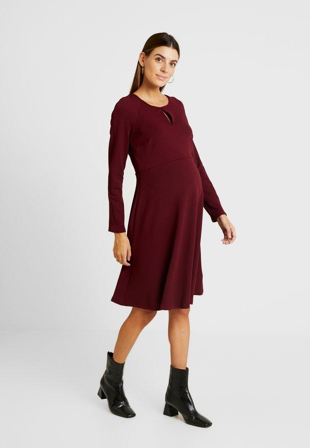 KEYHOLE SEAM FIT AND FLARE DRESS - Jerseyjurk - red