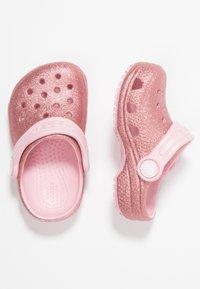 Crocs - CLASSIC GLITTER - Sandały kąpielowe - blossom - 0