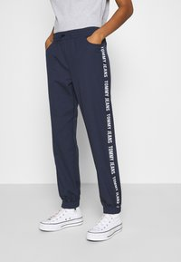 Tommy Jeans - JOGGER TAPE RELAXED - Tracksuit bottoms - twilight navy - 0