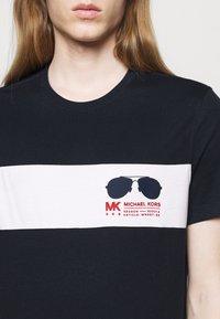 Michael Kors - SPORT AVIATOR TEE - Print T-shirt - midnight - 4