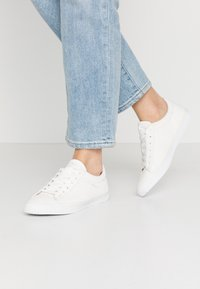Esprit - RIATA LACE UP - Sneakersy niskie - white - 0