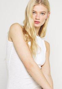 Glamorous - SIDE SPLIT SLEEVELESS MINI DRESS WITH HIGH ROUND NECKLINE - Vestido ligero - off white - 3