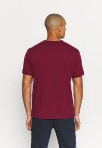 Champion - CREWNECK  - Print T-shirt - dark red - 2