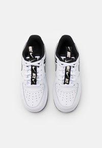 Nike Sportswear - FORCE 1 LV8 UNISEX - Zapatillas - white/black/silver - 3