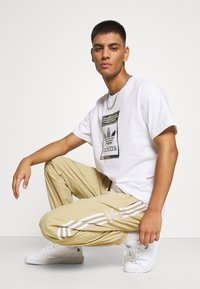 adidas Originals - CAMO INFILL TEE UNISEX - Print T-shirt - white - 3