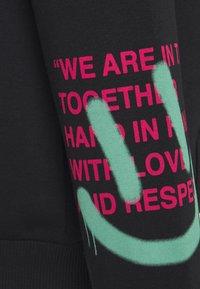 YOURTURN - GRAFFITI WORDING HOODIE  - Sweatshirt - black - 3