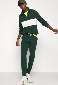 Polo Ralph Lauren - LOOPBACK TERRY PANT ATHLETIC - Träningsbyxor - college green/chic cream - 4